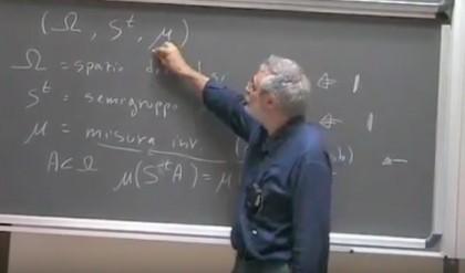 Il prof. Vulpiani durante una sua lezione