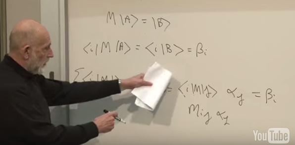 """Il L. Susskind mentre spiega gli argomenti trattati su questo post nel suo corso in rete """"The Theoretical Minimum"""""""