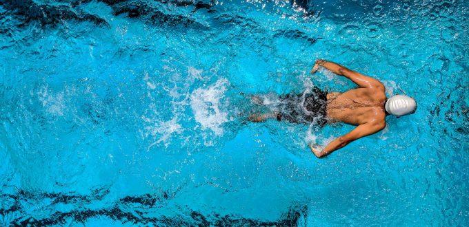 Nuotatore si allena in una piscina olimpionica