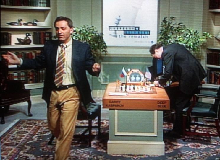 Garry Kasparov abbandona la scacchiera dopo la sconfitta nell'ultima partita del match.