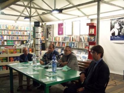 I proff Luccio (primo a sinistra) e Ferragina (ultimo a destra) durante la presentazione di uno di un loro testo sulla crittografia